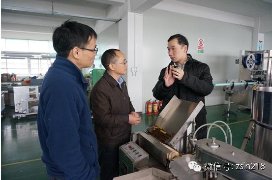 客户在生产现场参观了自动化灌装机