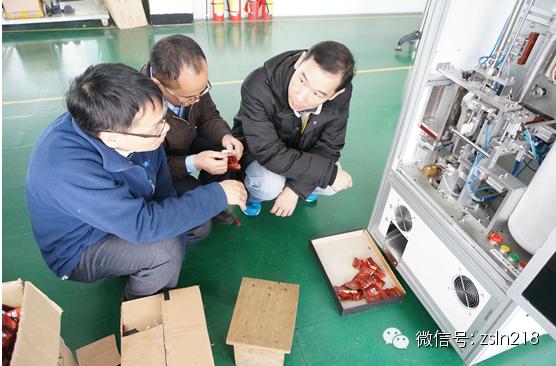 客户在生产现场参观了茶叶真空包装机